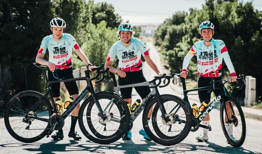 <p>Tour de Tietema Cycling Team, met links Devin van der Wiel.</p>