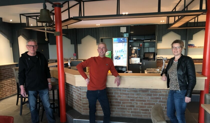 <p>&bull; Bestuursleden Arie de Jongh, Johan van Zoelen en Heleen de Wit voor de gloednieuwe bar. Op de foto ontbreekt bestuurslid Jacco de Kiviet.&nbsp;</p>