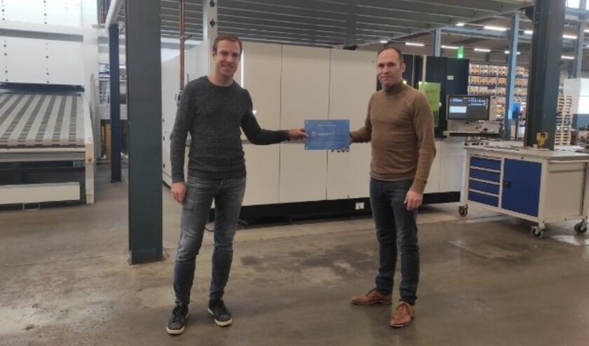 <p>Nico Markus (rechts) kreeg het certificaat van Jurgen van der Hoeven.&nbsp;</p>