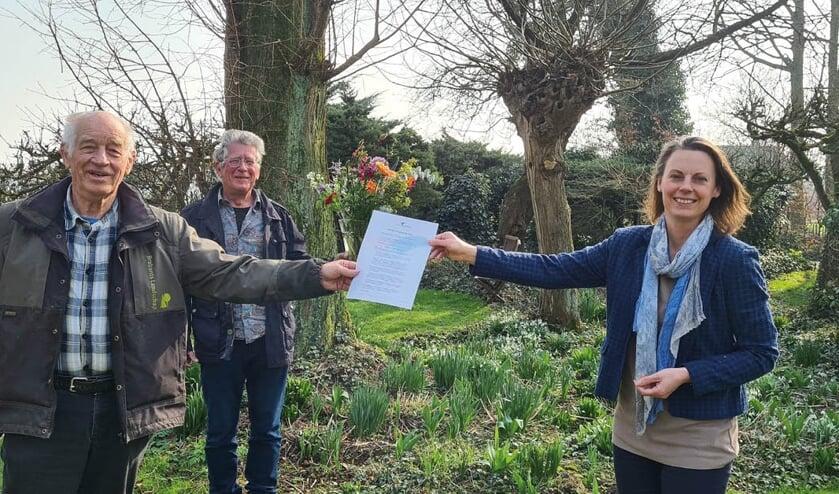 Johan Koekkoek (links) ontvangt de Casimir Milieuprijs 2021 uit handen van BMF-directeur Femke Dingemans. In het midden Goof van Vliet van Altenatuur.