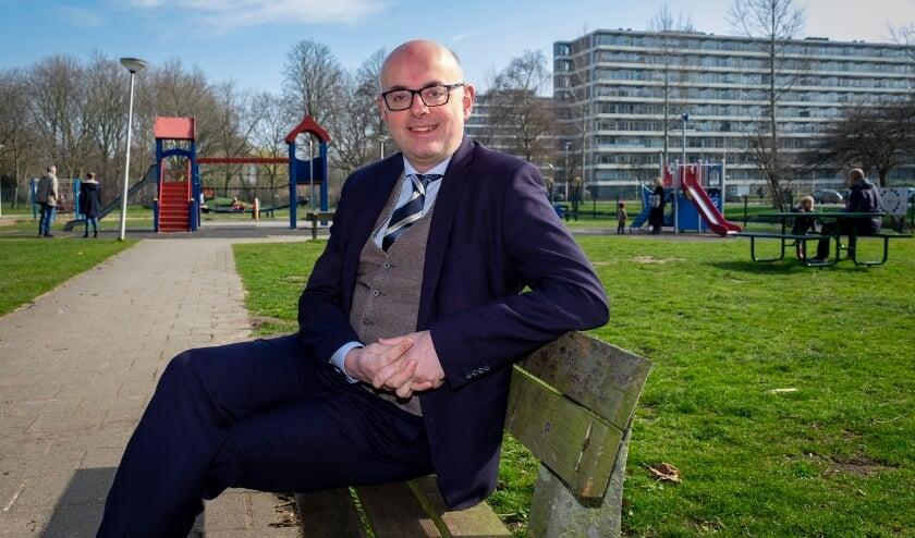 <p>• Burgemeester Martijn Vroom zittend op een bankje in park Middenwetering.</p>