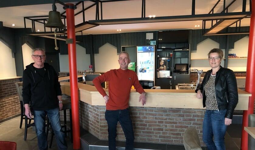 <p>• Bestuursleden Arie de Jongh, Johan van Zoelen en Heleen de Wit voor de gloednieuwe bar. Op de foto ontbreekt bestuurslid Jacco de Kiviet.&nbsp;</p>