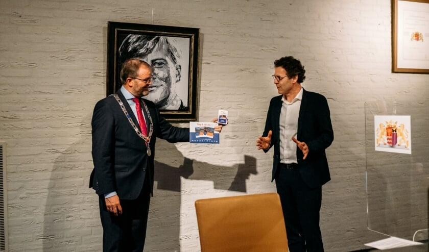 <p>&bull; Burgemeester Servaas Stoop kreeg dinsdag het eerste exemplaar van het kwartetspel overhandigd uit handen van SGP-fractievoorzitter Lourens van Bruchem.</p>