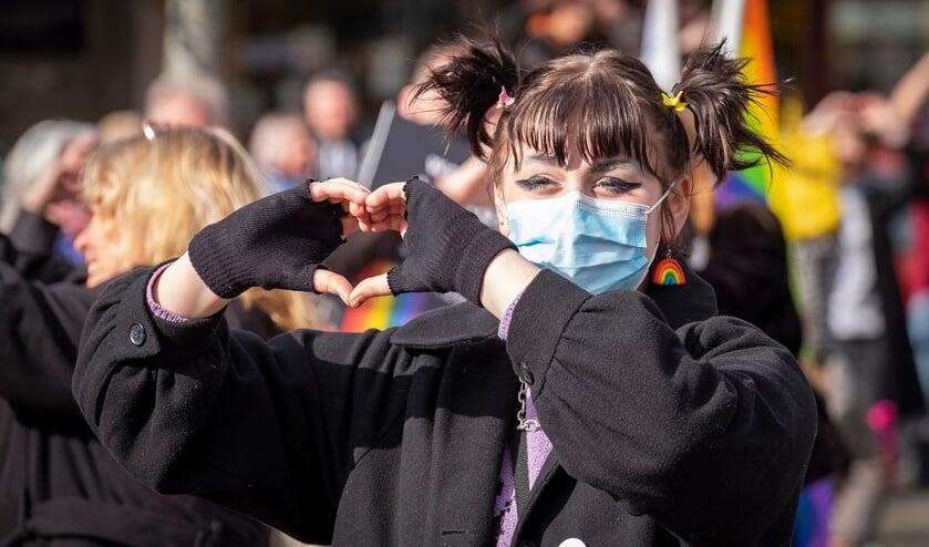 <p>&bull; Demonstrant maakt een hartje met de handen tijdens de demonstratie.</p>
