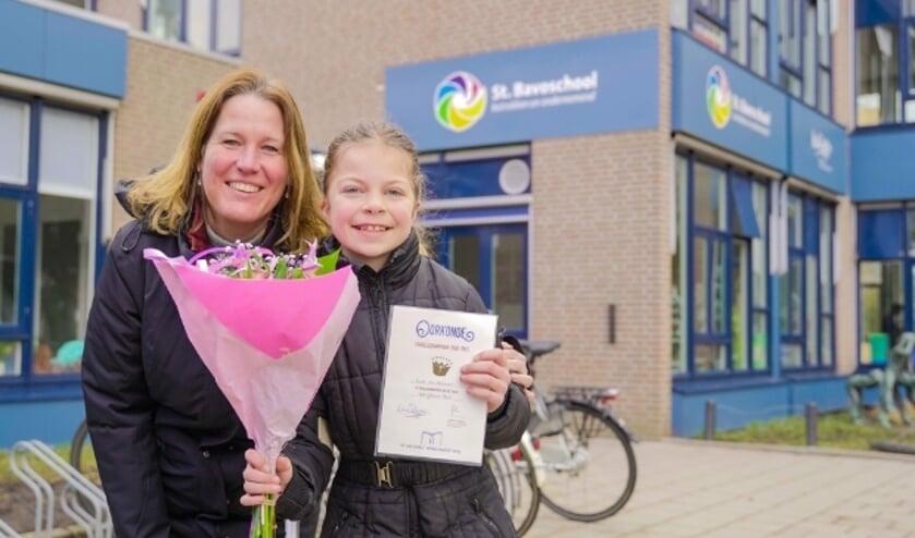 <p>Evie van Leeuwen met jurylid Kiki Schippers na de bekendmaking bij de Sint Bavoschool in Harmelen.&nbsp;</p>
