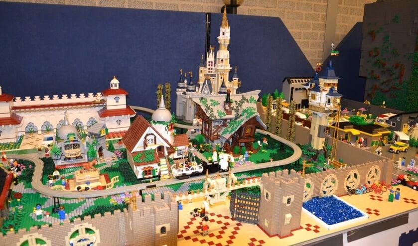 • Legoliefhebbers moeten een jaartje geduld hebben.