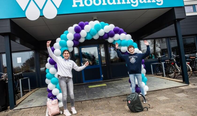 <p>• Twee leerlingen bij de ingang van de Willem de Zwijger, want het was feest dat de school weer open ging.</p>