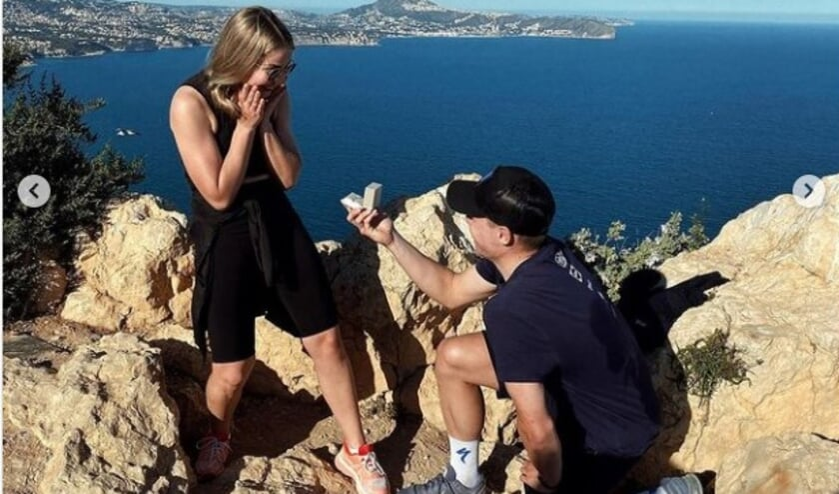 <p>• Fabio Jakobsen vraagt zijn vriendin Delore Stougje ten huwelijk.</p>