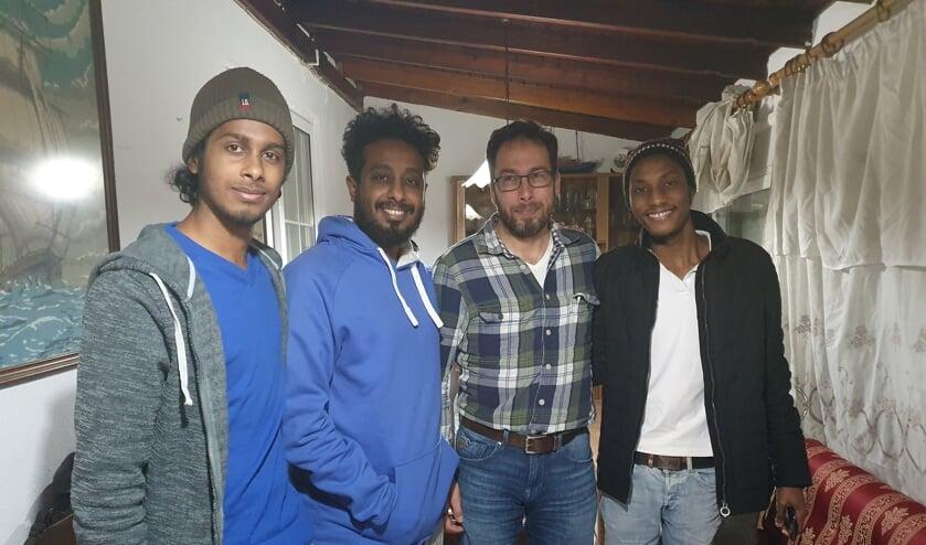• Arend Mourik (tweede van rechts) voelt de opvang en begeleiding van vluchtelingen als zijn roeping.