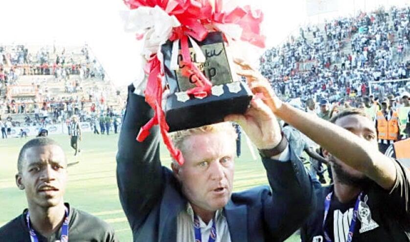 • Pieter de Jongh wint met FC Platinum de nationale beker van Zimbabwe.
