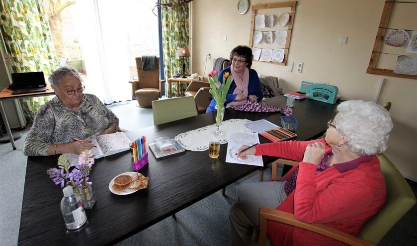 <p>&bull; Ouderen met Goverina Hordijk aan tafel in de Tuinkamer van De Breeje Hendrick.&nbsp;</p>