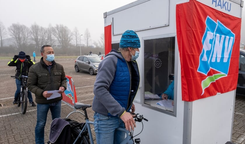 • Pal achter de werf van Royal IHC in Krimpen aan den IJssel was woensdagochtend een stakingsstraat ingericht. Daar konden werknemers van metalelektrobedrijven uit de regio zich registreren als staker.