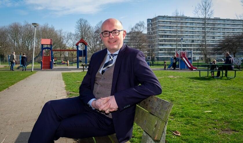 • Burgemeester Martijn Vroom zittend op een bankje in park Middenwetering.