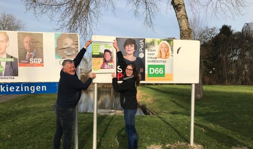 <p>Philip den Haan en Jacoline Peek plakken posters in Werkendam.</p>
