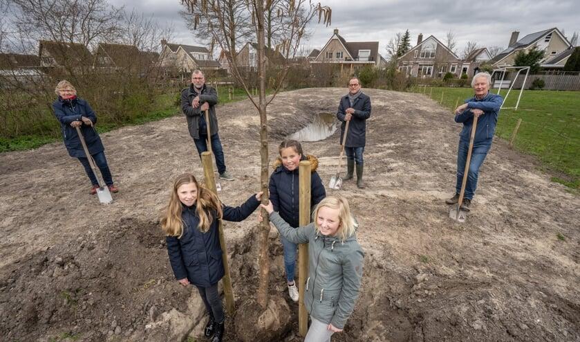 <p>Vooraan: Iris Hartog, Lisette Toet en Floortje Bood. Op de achtergrond, vlnr: Ria van Wijngaarden, Sjaak Kreeft (Wellantcollege), Johan Quik en Huib Glerum (Stichting Duurzaam Molenlanden).</p>