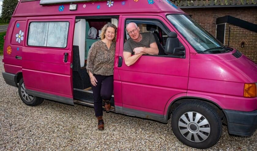 <p>• Hélène en Paul Witkamp in hun roze camper.</p>