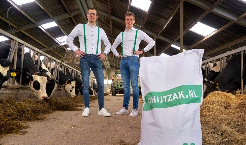 <p>• Ard-Jan (l) en Benjamin met de eerste Schijtzak.</p>