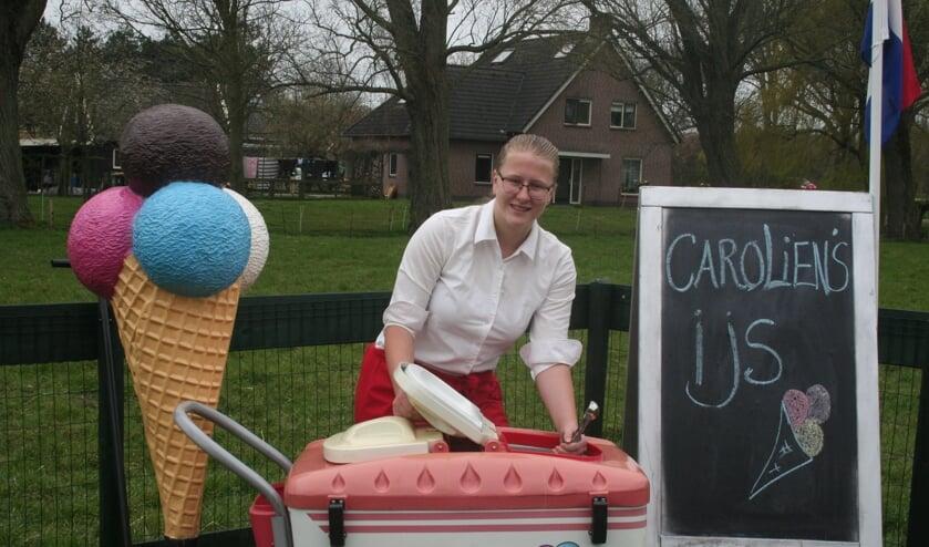 <p>Carolien van der Leeden is dolgelukkig met haar ijskar.</p>