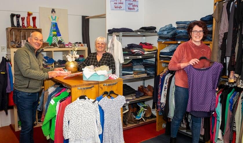 <p>• Geert en Els Hoeke en Marianne den Hartog ontvangen de klanten in de winkel zonder kassa.</p>