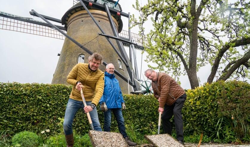 <p>• Roelf Polman (links) en Cees van der Vlist halen de eerste tegels eruit.</p>