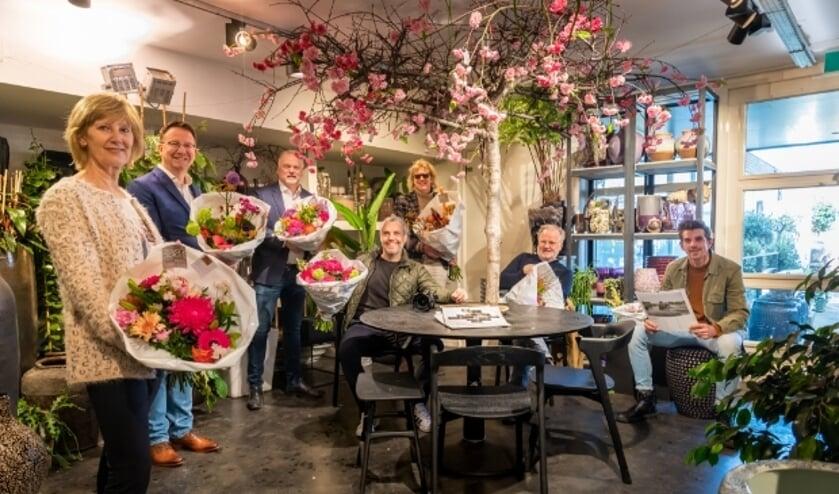 <p>Gelet op het thema verzamelde de juryleden zich voor de juryfoto bij Baars Bloembinders; bij de lente horen bloemen.</p>