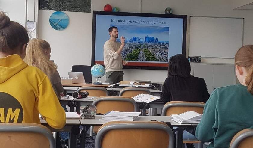 <p>&bull; Francesco Mores verzorgt een examentraining aardrijkskunde aan vwo 6.</p>