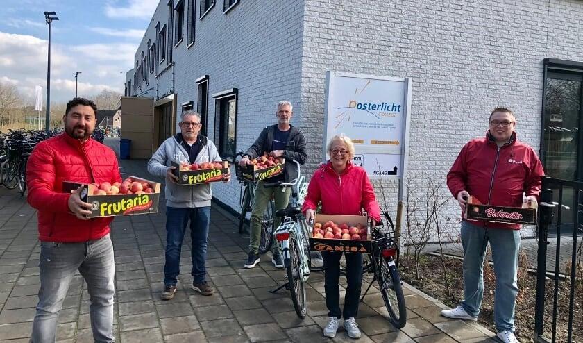 <p>&bull; Joop van Montfoort, Kemal Koyuncu en Marianne Wittebol van de PvdA Vijfheerenlanden, samen met de conci&euml;rge en leraar van het Oosterlicht.</p>