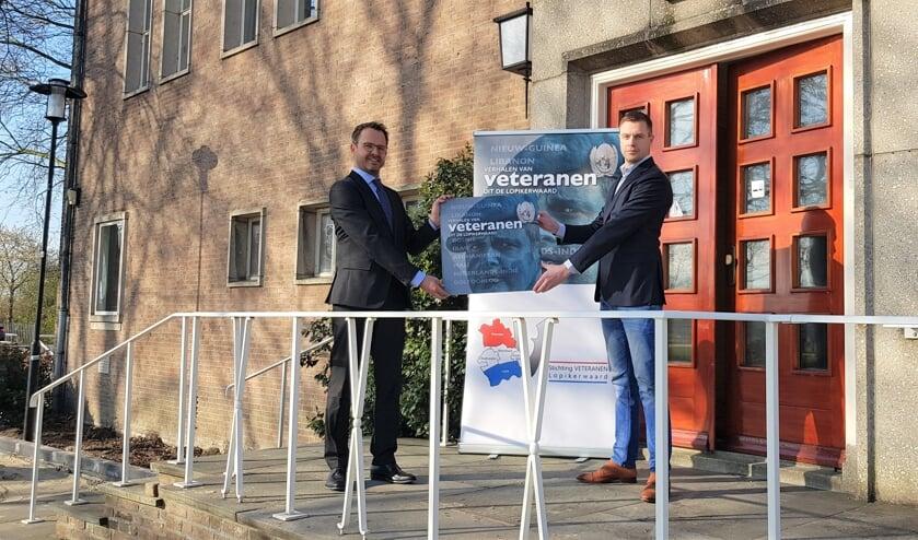 <p>• De overhandiging aan burgemeester Laurens de Graaf.</p>