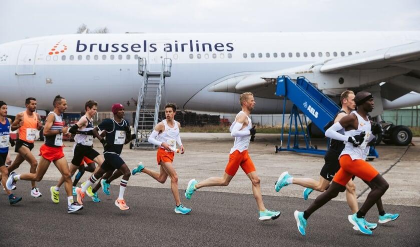 • Roy Hoornweg (tweede oranje broekje van rechts) in de kopgroep, toen er nog geen vuiltje aan de lucht was.