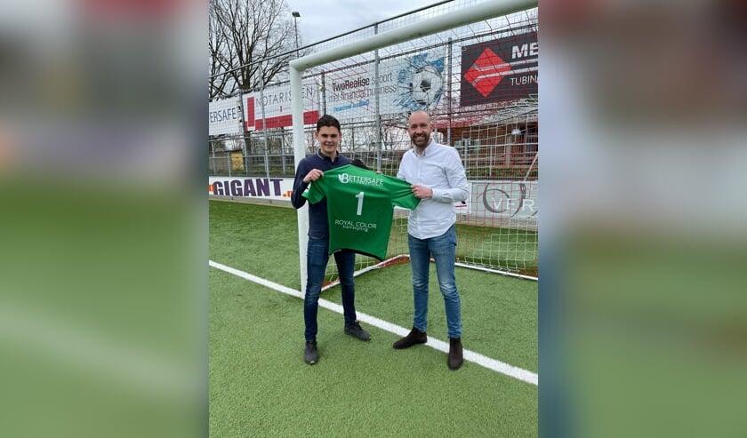 • TC-lid Joost Verberk (r) heet Ronald Vlot welkom op Molenvliet.