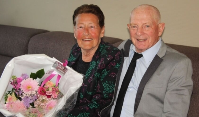 <p>Thea en Nico Vroone vieren hun gouden huwelijksjubileum in etappes met de (klein)kinderen. Van burgemeester Van Domburg ontvingen ze bloemen en een videoboodschap.</p>