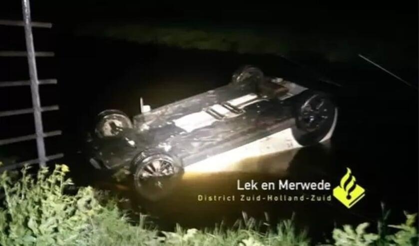 <p>• De auto belandde ondersteboven in een sloot.</p>
