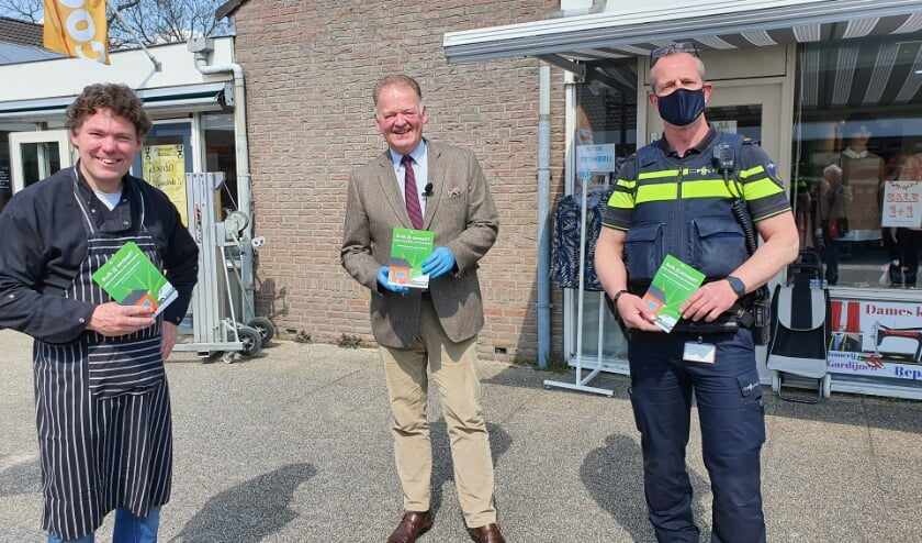<p>&bull; V.l.n.r.: Slager Willem Markus (hij kreeg de eerste flyer uitgereikt), burgemeester Roel Cazemier en Arjan van Geel namens Politie Krimpenerwaard.</p>