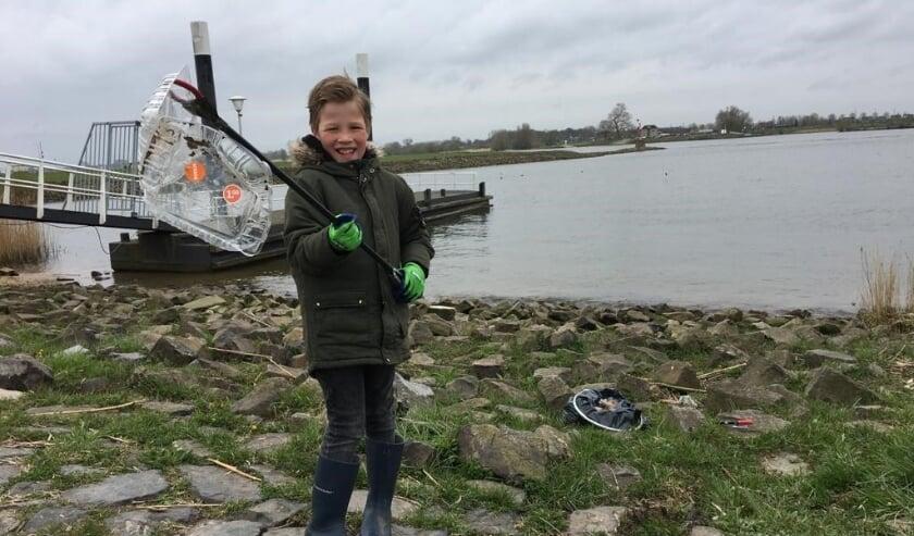 <p>&bull; Een jonge Waaljutter toont zijn vangst aan zwerfafval.</p>