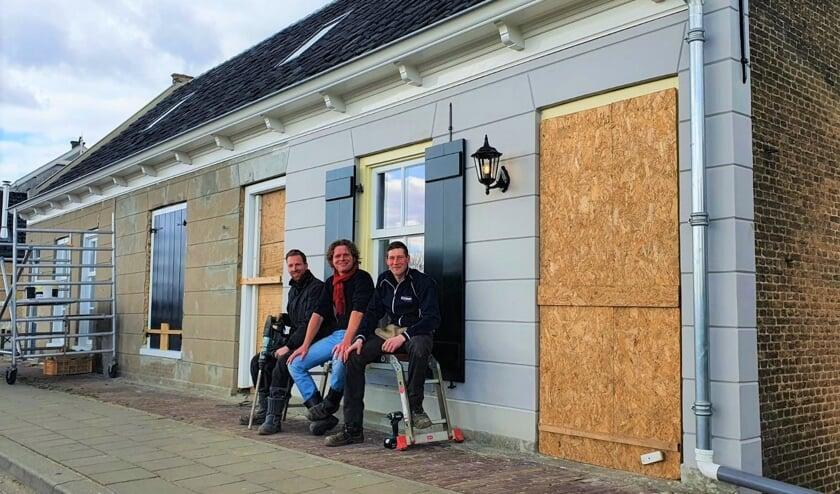 • Rienk, Andries en Peter (vlnr) bij hun huisjes.