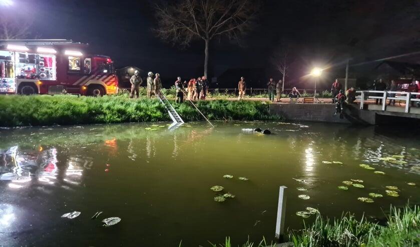 <p>• Duikers van de brandweer doorzoeken het water.</p>