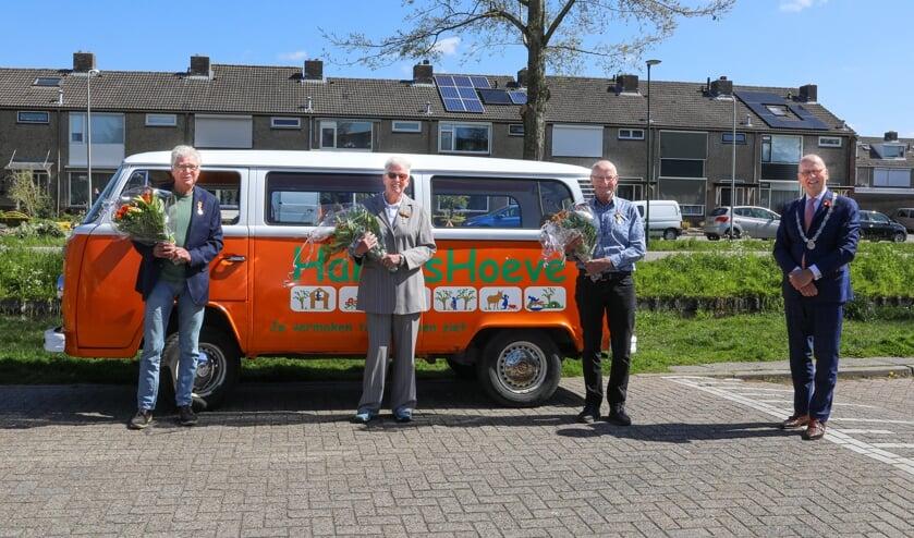 <p>• De drie Giessenburgse gedocoreerden in het bijzijn van burgemeester Theo Segers.</p>