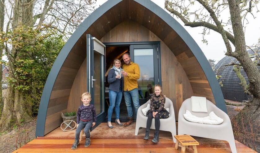 <p>Marion en Martin de Kuiper met hun kinderen Suze en Brend bij een van de pods.</p>