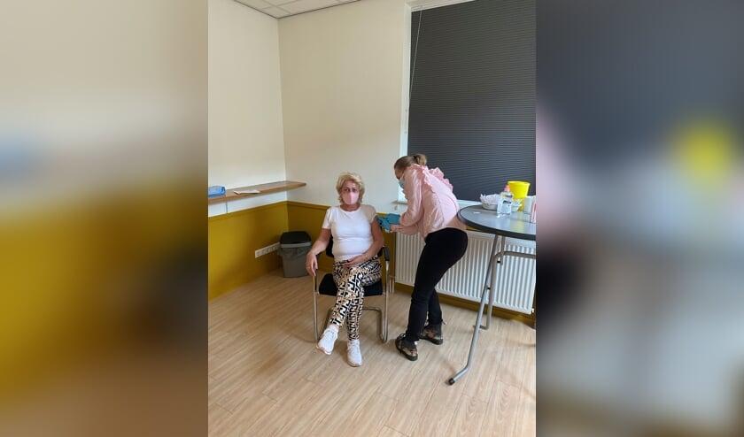 <p>&bull; Huisarts Elsbeth Roozemond- de Zeeuw vaccineert &eacute;&eacute;n van haar pati&euml;nten met het vaccin van AstraZeneca.</p>