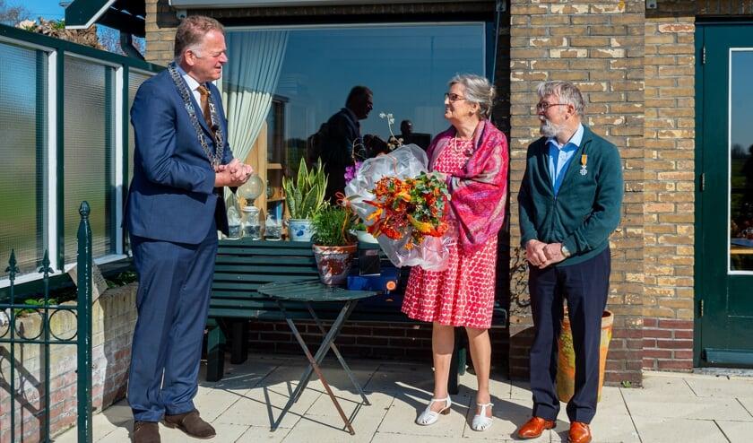 <p>&bull; Burgemeester Roel Cazemier heeft maandagochtend twee koninklijke onderscheidingen uitgereikt aan het echtpaar Vonk uit Stolwijk. Zowel mevrouw Martje Vonk-Ham als haar echtgenoot Jan David Vonk ontvingen de onderscheidingen Lid in de Orde van Oranje-Nassau voor hun vele, decennia lange vrijwilligerswerk.</p>