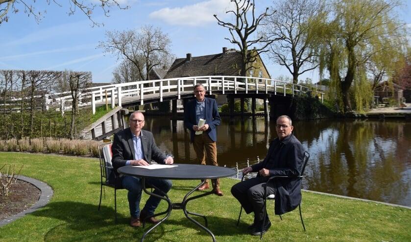 Vandaag werd het officieel: Wout de Jong is eigenaar van de Pinkeveerse brug in Giessenburg.