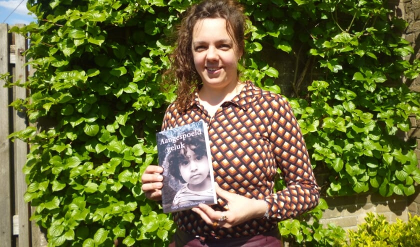 • Tonja Versluis met haar debuutroman Aangespoeld geluk.