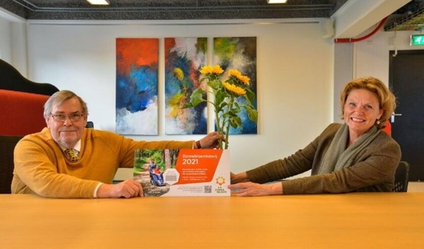 <p>Burgemeester Petra van Hartskamp koopt de eerste loten van Andries Siderius voorzitter van De Zonnebloem Montfoort-Linschoten. Foto: Paul van den Dungen</p>