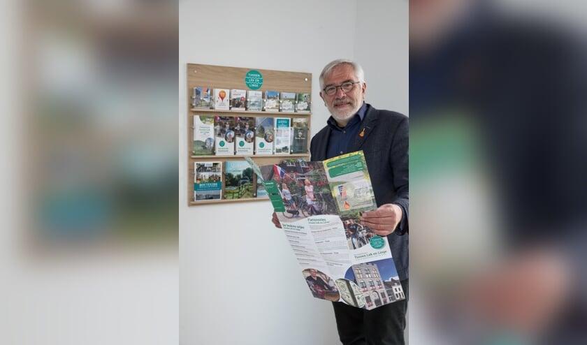• Wethouder Recreatie & Toerisme, Cees Taal, bekeek de nieuwe folderrekken bij Camping Leuk in Lexmond.