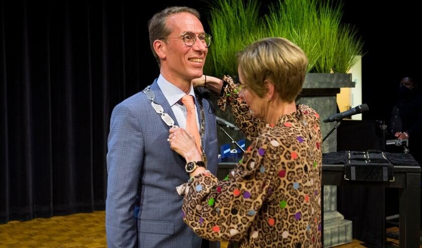 <p>• Anja de Vries hangt echtgenoot Jan de fonkelnieuwe ambtsketen om.</p>