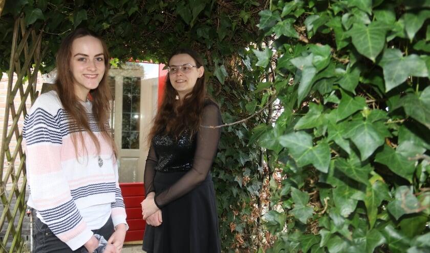 <p>&bull; De zussen genieten nog even van hun lange lokken.</p>