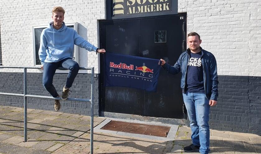 <p>Bestuurslid Jeran van Scherpenseel en voorzitter Maurits Dekker van De Soos.</p>