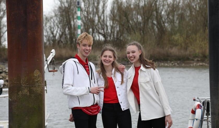 <p>• Drie jongeren die meedoen in de clip. Rechts Demy van der Graaf.</p>