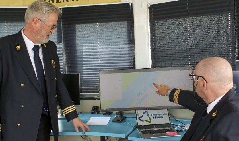 De havenmeesters bekijken de live kaart van het nieuwe havenmanagementsysteem.