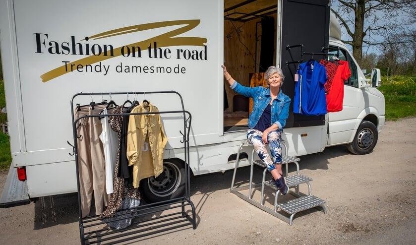 <p>&bull; Jacqueline Ros bij haar rijdende modewinkel Fashion on road.</p>